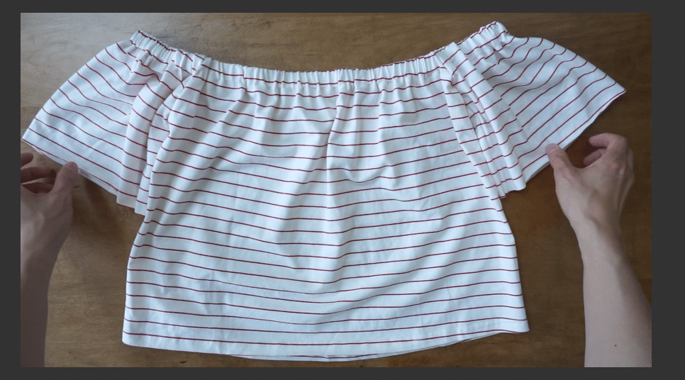 The diy off should t-shirt hugs the shoulder gently with the elastic hemline.