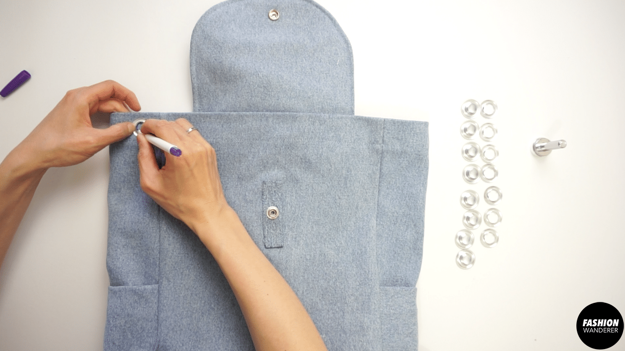 To attach the grommets to the bag opening, use eyelet inside hole to mark the position along the opening of the bag.