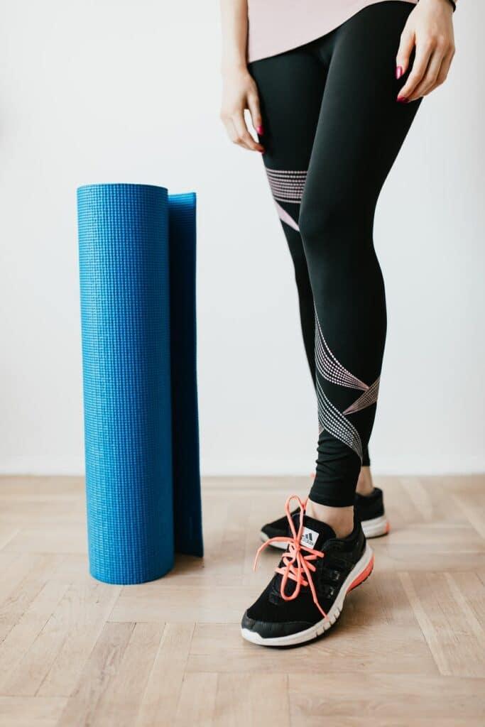 black yoga leggings next to yoga mat