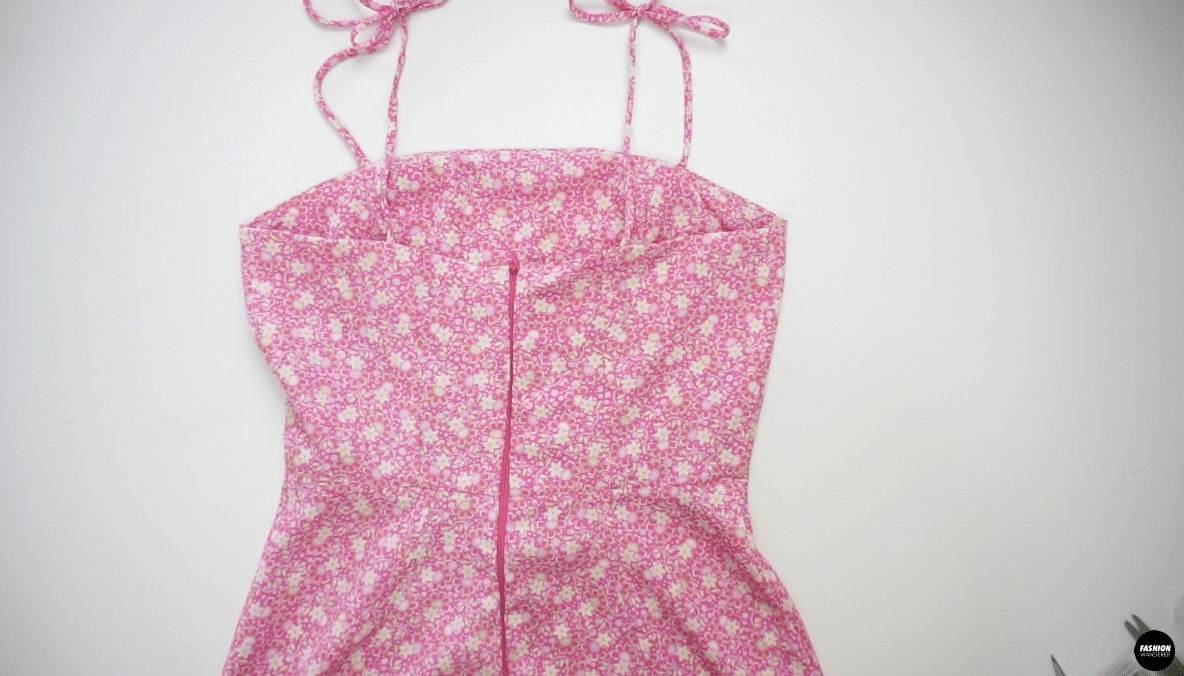 Try on the dress and tie a cute bow on both shoulder straps to complete the Ines tie shoulder strap mini dress.