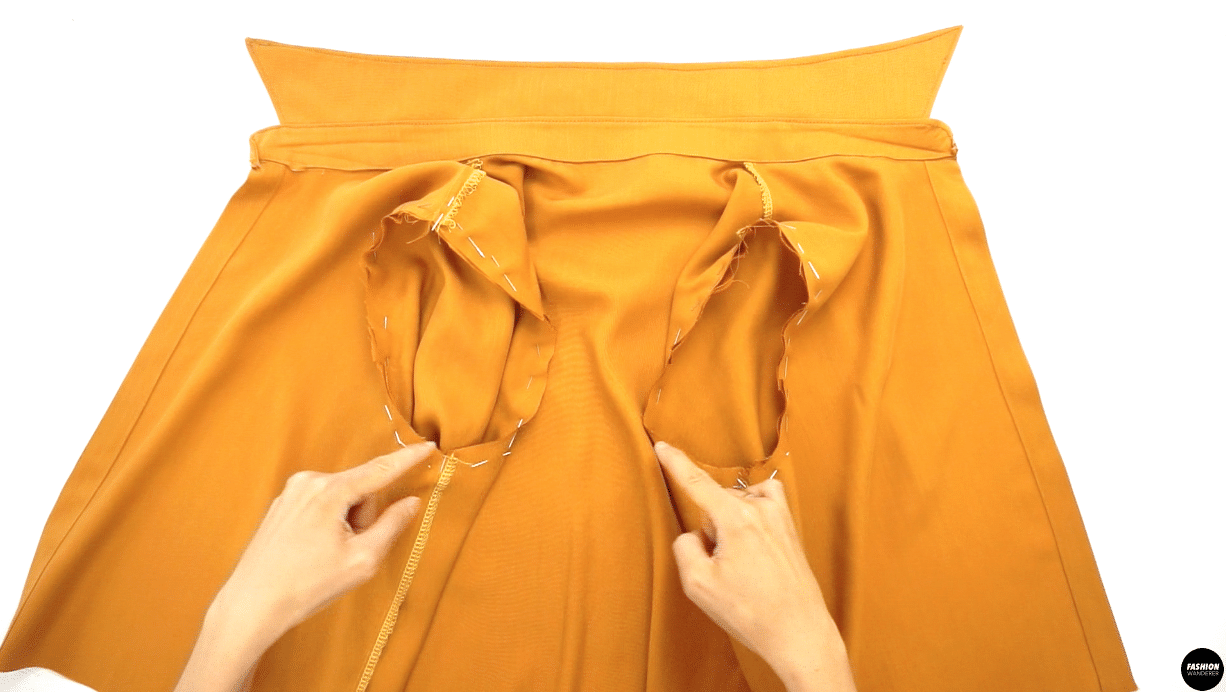 """Match the front notch of the Sleeve to the notch on Front Bodice and back notch of the Sleeve to the notch on Back Bodice, then pin around the armhole. Sew ⅜"""" width along seam allowance and finish with overlock stitch."""